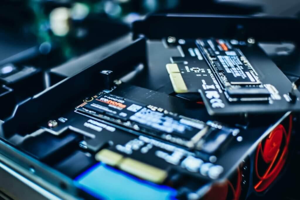 SSD NVMe Samsung installati su adattatori PCIe.