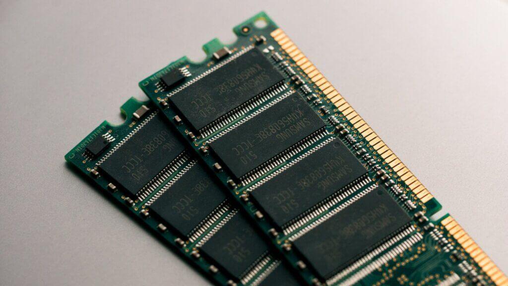 Due banchi di RAM, con chip di memoria esposti.