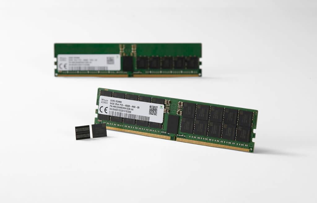 Due banchi di RAM DDR5 SK Hynix su sfondo bianco.